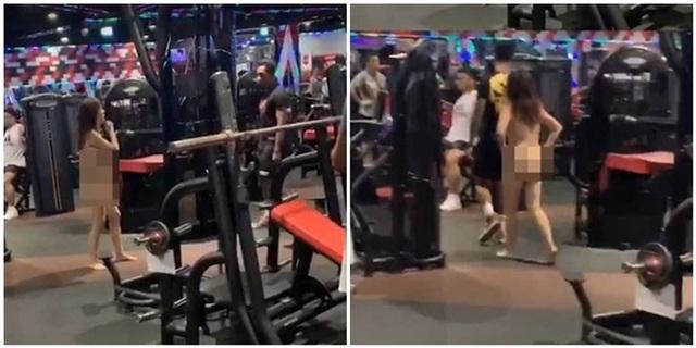 Cô gái khỏa thân đi lại trong phòng tập gym