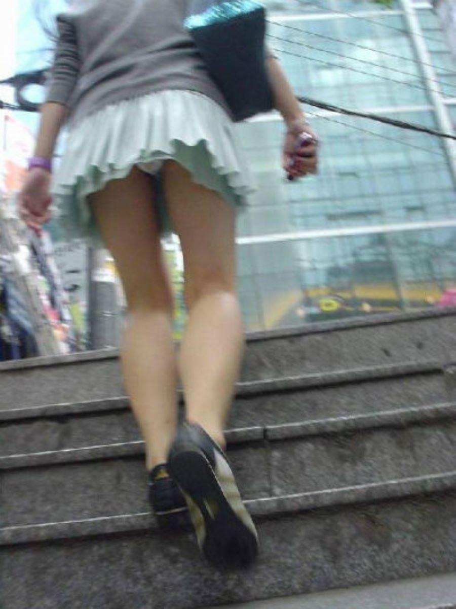 upskirt stairs00228010