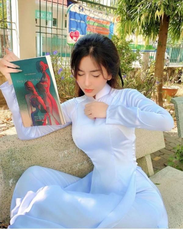 [Tin] - Nữ sinh mặc áo dài xinh như thiên thần nhưng body chữ S