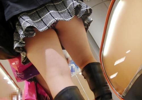 Chụp lén quần lót dưới váy nữ sinh rất khít